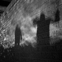 Roger-Viollet | 900122 | Gaston, Paris (1903-1964). Mystère (Kidnapping) et Police (La Machine). négatif sur support souple en nitrate de cellulose. [s. d.]. Bibliothèque historique de la Ville de Paris. | © Gaston Paris / BHVP / Roger-Viollet