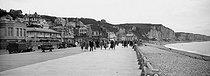 Roger-Viollet | 900368 | Fécamp (Seine-Maritime). Walk next to the beach. Around 1900. | © Léon & Lévy / Roger-Viollet