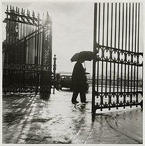 Roger-Viollet | 904485 | Gates of the Tuileries park. Paris (Ist arrondissement), 1938. Photograph by Roger Schall (1904-1995). Paris, musée Carnavalet. | © Roger Schall / Musée Carnavalet / Roger-Viollet