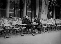 Roger-Viollet | 904627 | Alekhine, chess player (on the left) outside the café de la Paix. Paris, 1927. $$$ | © Roger-Viollet / Roger-Viollet