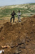 Roger-Viollet | 906090 | Discovery of a mass grave of partisans of the Baghdad regime killed by Kurdish fighters during the Gulf War. Sulaymaniyah (Iraq), 1991. | © Françoise Demulder / Roger-Viollet