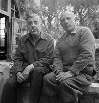 Roger-Viollet | 907060 | Pablo Picasso (1881-1973), peintre espagnol et Jacques Prévert (1900-1977), poète français, à Cannes (Alpes-Maritimes), en avril 1951. | © Boris Lipnitzki / Roger-Viollet