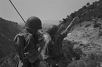 Roger-Viollet | 907441 | Algerian War of Independence. Cherchell Infantry Military School. Training of the Military cadets. The aspiring officers carry more than 20 kg of equipment during a 40 to 50 km walk in the mountains. Algeria, September 1960. | © Jean-Pierre Laffont / Roger-Viollet