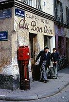 Roger-Viollet | 908334 | Café at the corner of the rue des Solitaires and the rue Arthur-Rozier. Paris (XIXth arrondissement), 1967. Photograph by Léon Claude Vénézia (1941-2013). | © Léon Claude Vénézia / Roger-Viollet