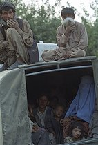 Roger-Viollet   908384   Second war in Afghanistan between the USA and the Northern Alliance against the Taliban following the September 11, 2001 attacks. Kabuli refugees, who crossed the front line, arriving in Debali, north of Kabul. Afghanistan, September-October 2001.   © Jean-Paul Guilloteau / Roger-Viollet