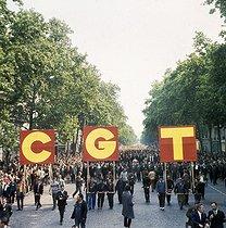 Roger-Viollet | 908660 | May-June 1968 events. Demonstration organized by the CGT union (Confédération Générale du travail, General Confederation of Labour). Paris, on May 29, 1968. Photograph by Georges Azenstarck (born in 1934). | © Georges Azenstarck / Roger-Viollet