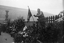 Roger-Viollet | 909046 | Monument to Jaurès temporary settled on the gate of the Panthéon. Paris. 1924. | © Roger-Viollet / Roger-Viollet