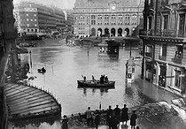 Roger-Viollet | 909941 | 1910 Great Flood of Paris | © Maurice-Louis Branger / Roger-Viollet