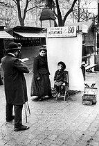 Roger-Viollet | 910060 | Photographer on the boulevards. Paris, about 1910. | © Neurdein / Roger-Viollet