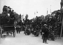 Roger-Viollet | 910856 | Crowds watching the Victory parade on the avenue des Champs-Elysées. Paris, July 14, 1919. | © Roger-Viollet / Roger-Viollet
