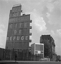 Roger-Viollet | 913725 | Le Corbusier (1887-1965). Refuge de l'Armée du Salut, Paris (XIIIème arr.). | © Gaston Paris / Roger-Viollet