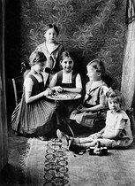 Roger-Viollet | 914568 | The five Roger-Viollet sisters in the lounge (in the middle, Hélène Roger-Viollet). Paris, May 1911. | © Roger-Viollet / Roger-Viollet