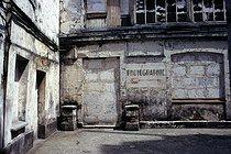 Roger-Viollet | 914577 | Inner courtyard with the entrance to a photographer's studio, boulevard de la Villette. Paris, May 1969. Photograph by Léon Claude Vénézia. | © Léon Claude Vénézia / Roger-Viollet