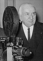 Roger-Viollet | 917513 | Louis Lumière (1864-1948), photographed next to a projector, October 1943. | © LAPI / Roger-Viollet