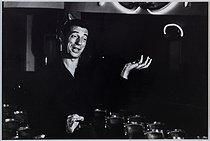 Roger-Viollet | 917569 | Yves Montand (1921-1991), French actor and singer, 1973. Photograph by Jean Marquis (1926-2019). Bibliothèque historique de la Ville de Paris. | © Jean Marquis / BHVP / Roger-Viollet