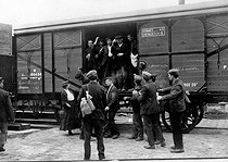 Roger-Viollet | 918036 | Deportation of  Apaches  by train. | © Roger-Viollet / Roger-Viollet