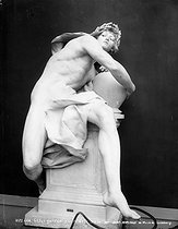 Roger-Viollet | 918657 | Charles René de Saint-Marceaux (1845-1915), sculpteur français.  Génie gardant le secret de la tombe . Paris, musée du Luxembourg. | © Léopold Mercier / Roger-Viollet