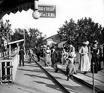 Roger-Viollet | 919047 | 1900 World Fair in Paris. Moving walkway. | © Roger-Viollet / Roger-Viollet