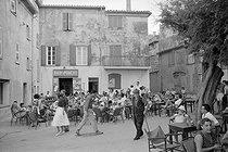 Roger-Viollet | 919827 | Terrace of a café. Saint-Tropez (Var), 1956. | © Studio Lipnitzki / Roger-Viollet