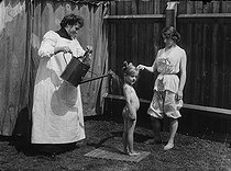 Roger-Viollet | 920975 |  Method for the physic development. Spraying with water at the day temperature . England, about 1900. | © Albert Harlingue / Roger-Viollet