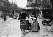 Roger-Viollet | 921966 | Bread carrier. Paris, 1908. | © Jacques Boyer / Roger-Viollet
