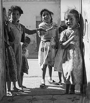 Roger-Viollet | 922916 | Algerian War of Independence. The mischievous children of the village observing the soldier Jean Pierre Laffont in his new bedroom. Dublineau (present Hacine), in the Mascara Area. Algeria, April 1961. | © Jean-Pierre Laffont / Roger-Viollet