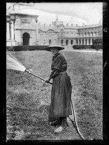 Roger-Viollet | 923191 | World War One. New jobs for women since the beginning of the war: gardener in a park. Paris, June 1917. | © Excelsior - L'Equipe / Roger-Viollet