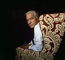 Roger-Viollet | 924299 | René Gruau (1909-2004), French poster designer and illustrator, at his place, 1989. | © Kathleen Blumenfeld / Roger-Viollet
