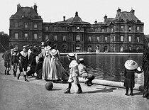 Roger-Viollet | 925149 | Senate palace and pond of the Luxembourg. Paris, April 1895. | © Henri Roger / Roger-Viollet