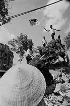 Roger-Viollet | 925964 | Vietnam War (1955-1975). Statue of the Soldier, symbol of the US imperialism, knocked over by North-Vietnamese people. Saigon (Vietnam), 1975. | © Françoise Demulder / Roger-Viollet