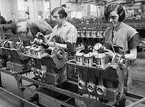 Roger-Viollet | 926067 | Renault car industry. Piston assembly. Billancourt (France), 1931-1934. Photograph by François Kollar (1904-1979). Paris, Bibliothèque Forney. | © François Kollar / Bibliothèque Forney / Roger-Viollet