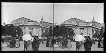 Roger-Viollet | 926163 | Exposition universelle de 1900. Visiteurs devant le Grand Palais. Vue stéréoscopique. Paris, 1900. | © Léon & Lévy / Roger-Viollet