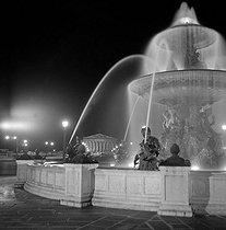 Roger-Viollet | 927010 | Illuminated fountain, place de la Concorde. Paris (VIIIth arrondissement), August 1956. | © Roger-Viollet / Roger-Viollet