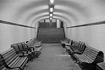 Roger-Viollet | 931075 | Salle d'attente réservée au travailleurs immigrés en gare d'Austerlitz. Paris (Vème arr.), années 1970. | © Georges Azenstarck / Roger-Viollet