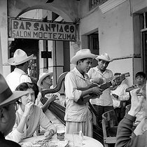 Roger-Viollet | 933136 | Group of musicians in front of a bar. Veracruz (Mexico), February 1956. Photograph by Hélène Roger-Viollet (1901-1985) and Jean Fischer (1904-1985). | © Hélène Roger-Viollet & Jean Fischer / Roger-Viollet