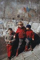 Roger-Viollet | 934258 | Children playing, rue Jean Ménans. Paris (XIXth arrondissement), 1970. Photograph by Léon Claude Vénézia (1941-2013). | © Léon Claude Vénézia / Roger-Viollet