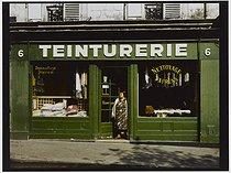 Roger-Viollet | 934307 | Cleaner's, 6 place Gustave-Toudouze. Paris (IXth arrondissement), 1983. Photograph by Felipe Ferré (born in 1934). Paris, musée Carnavalet. | © Felipe Ferré / Musée Carnavalet / Roger-Viollet