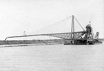 Roger-Viollet | 934622 | Canal de Suez, drague à déversoir, 1912. | © Jacques Boyer / Roger-Viollet