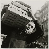 Roger-Viollet | 935249 | World War II. Porter at the Halles market. Paris (Ist arrondissement), 1940. Photograph by Roger Schall (1904-1995). Paris, musée Carnavalet. | © Roger Schall / Musée Carnavalet / Roger-Viollet