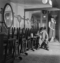 Roger-Viollet | 937018 | Closing of a café. Paris, circa 1935. | © Gaston Paris / Roger-Viollet
