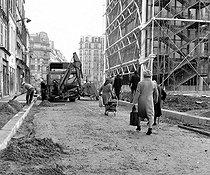 Roger-Viollet | 937159 | The Pompidou Centre, rue Rambuteau. Paris, January 1977. | © Roger-Viollet / Roger-Viollet