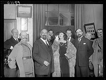 Roger-Viollet | 938006 | Yvonne Printemps, French singer, performing on the radio for the Belgian sovereigns who stayed in Brussels, in the presence of Mr Laffont, Under-Secretary for the post and telecommunications, the General Ferrié and Sacha Guitry. Paris, on December 29, 1921. | © Excelsior - L'Equipe / Roger-Viollet