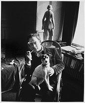 Roger-Viollet | 941123 | Roland Topor (1938-1997), French illustrator, artist and writer, at home. Paris, 1978. | © Bruno de Monès / Roger-Viollet