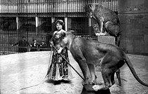 Roger-Viollet | 941452 | Tamer of wildcats. Paris, zoological garden, about 1900. | © Neurdein / Roger-Viollet