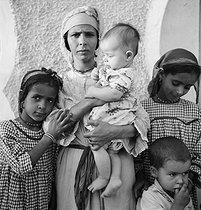 Roger-Viollet | 943059 | Woman and children. El Menea (formerly El Golea). Algeria, around 1930-1960. | © Gaston Paris / Roger-Viollet