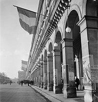 Roger-Viollet | 943839 | World War II. Liberation of Paris. Return of the French flag, rue de Rivoli. Paris (IVth arrondissement), 1944. Photograph by Pierre Jahan (1909-2003). | © Pierre Jahan / Roger-Viollet