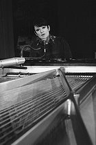 Roger-Viollet | 944372 | Barbara (1930-1997), French singer-songwriter, during a rehearsal. France, in 1978. | © Patrick Ullmann / Roger-Viollet