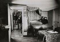 Roger-Viollet | 945648 |  Bilocation . Special effect photograph by Henri Roger (1869-1946), Paris, around 1890. | © Henri Roger / Roger-Viollet