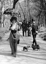 Roger-Viollet | 945881 | Elegant woman at the bois de Boulogne. Paris, circa 1910-1912. | © Collection Roger-Viollet / Roger-Viollet