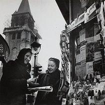 Roger-Viollet | 947783 | Newspaper seller. Paris, 1950's. Photograph by Janine Niepce (1921-2007). | © Janine Niepce / Roger-Viollet
